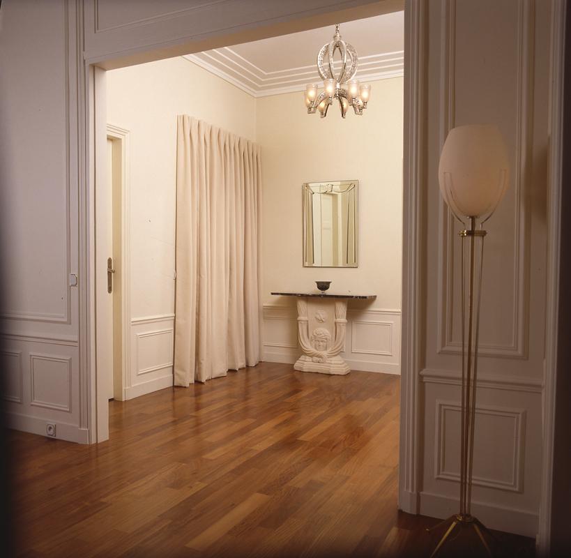 classique. Black Bedroom Furniture Sets. Home Design Ideas